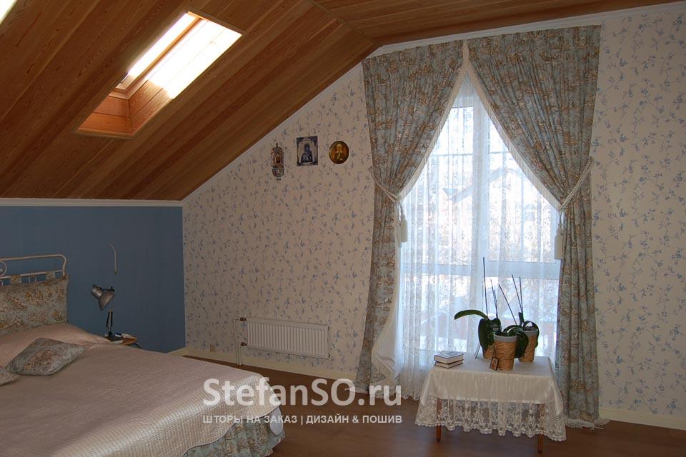 Спальня на мансардном этаже загородного дома в стиле Прованс