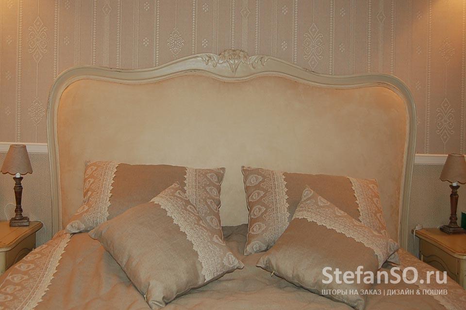 Покрывало и подушки изо льна Фабрики Martinelli Ginetto и льняные кружева от французского бренда Albert Guegain