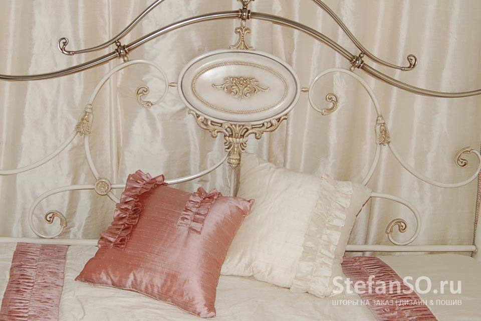 Шелковые подушечки с рюшами в девичьей спальне