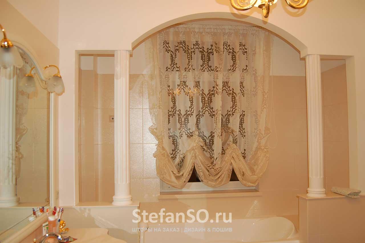 Ванная в классическом стиле с австрийской шторой