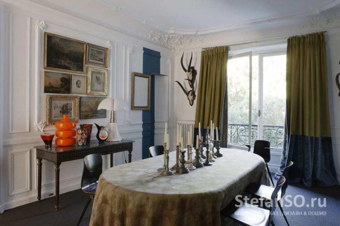 Гостиная во Французском стиле с использованием тканей от Antoine d'Albiousse.