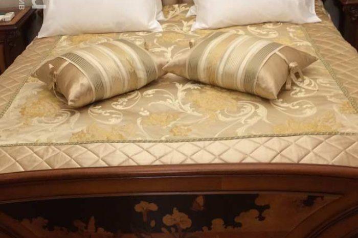 Подушки и покрывало в стиле Модерн из Итальянского шелка