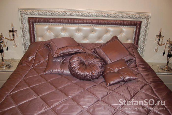 Шелковистые ткани на подушках с благородным блеском и мягкими складками...